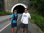Mano e Tarcísio na entrada do túnel
