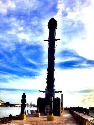Coluna de Cristal - 32metros de argila e bronze