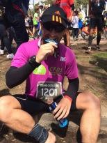 Thiago com a medalha da Maratona de Buenos Aires